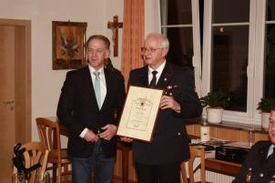 Bürgermeister Johannes Moser dankte Markus Ziegler für sein außerordentliches Engagement und ernannte ihn zum Ehrenkommandanten.